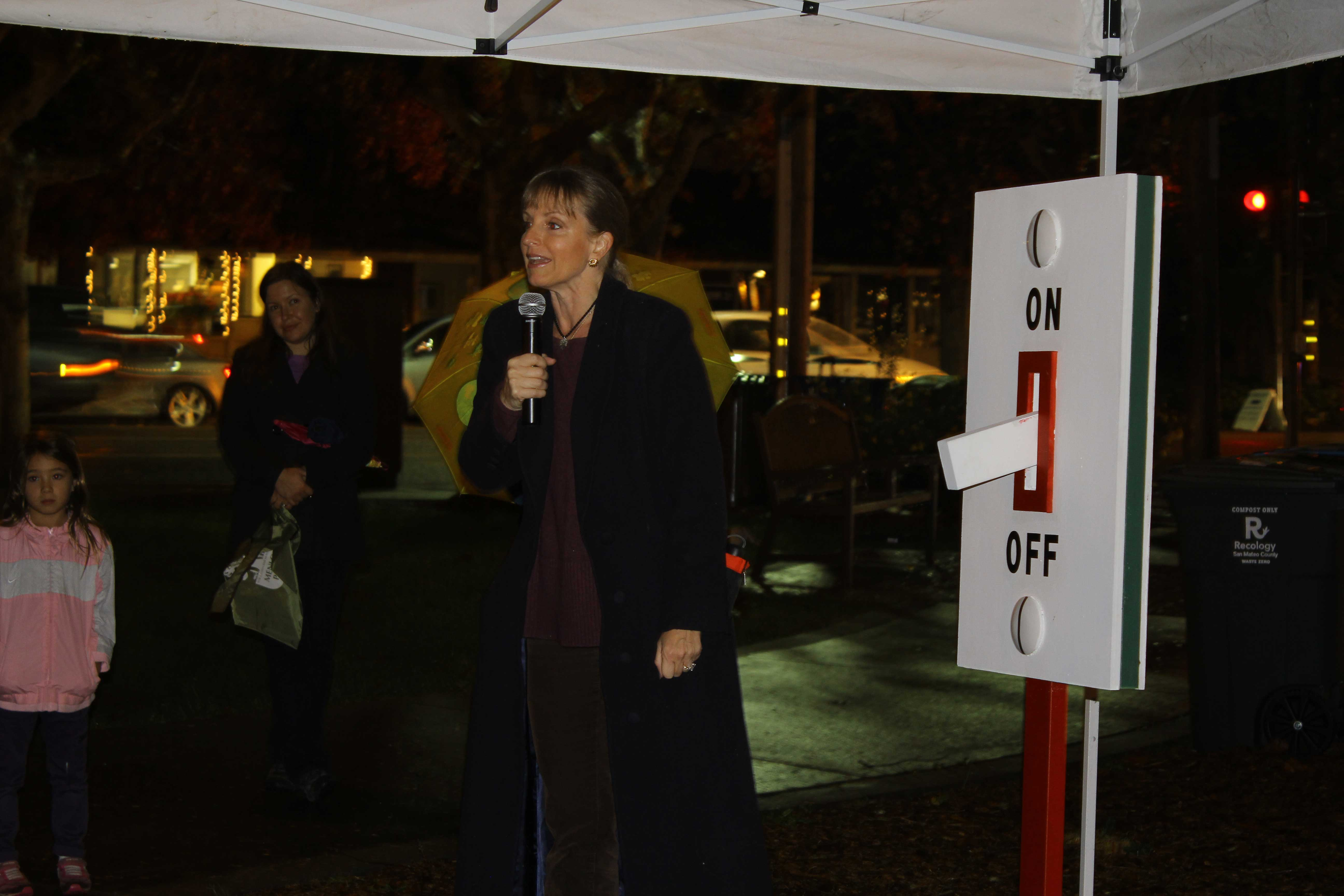 Menlo Park Mayor Catherine Carlton counts down on Friday's second annual Christmas Tree-lighting ceremony in Fremont Park, with dozens of children and parents in attendance despite the drizzle, on Dec. 5, 2014. (Sabrina Elfarra/Peninsula Press)