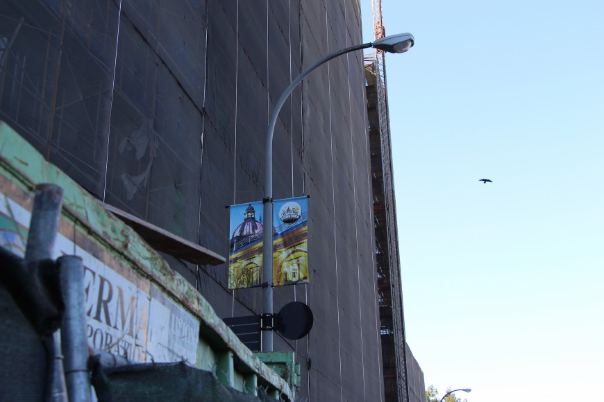 From one corner in Redwood City, construction sites crowd the streets as views of historic landmarks become restricted to civic banners. (Ana Santos/Peninsula Press)