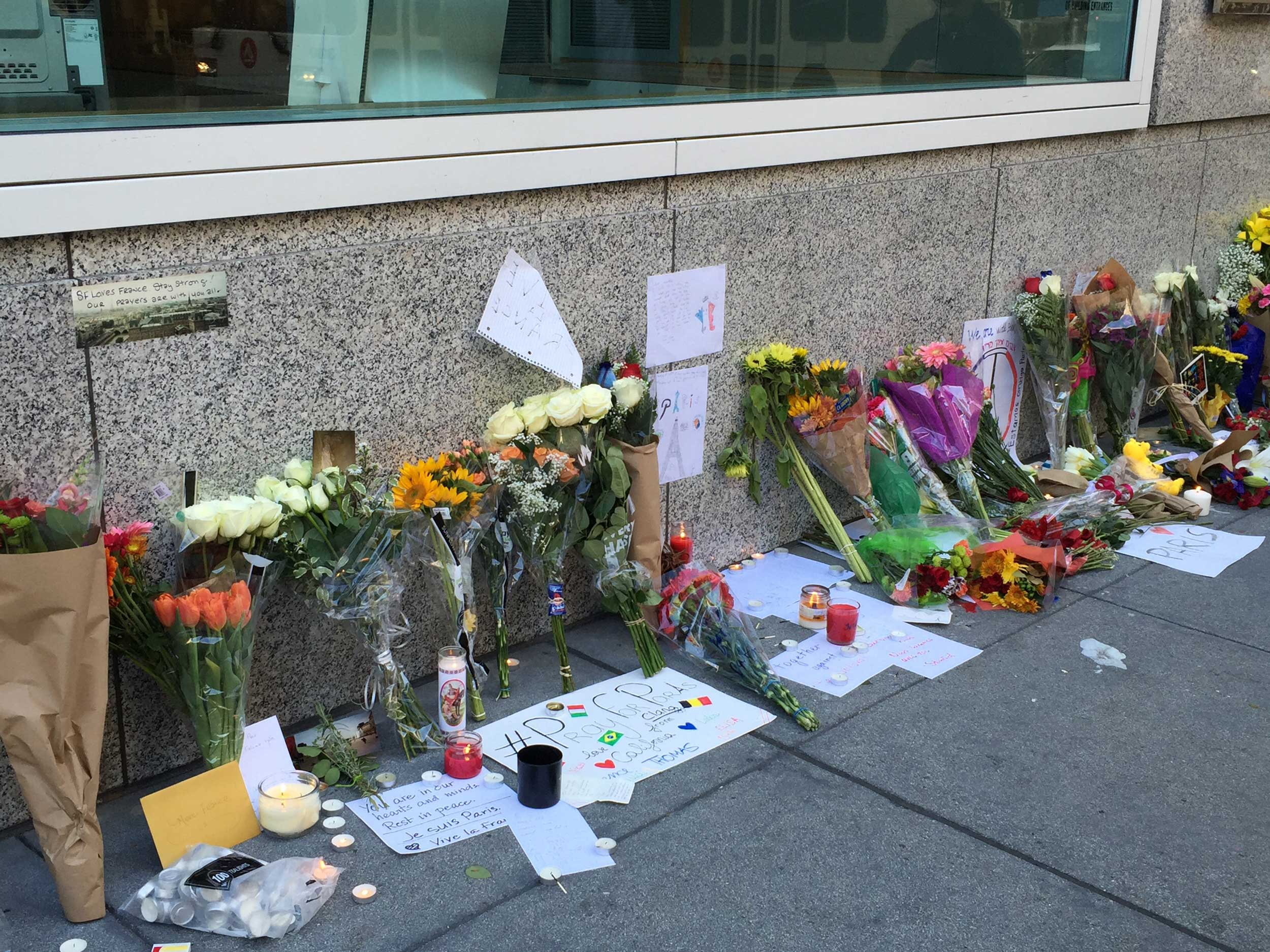 Outside of the French Consulate in San Francisco, mourners leave flowers and notes on Nov. 14, 2015, a day after terrorist attacks in Paris. (Kaitlyn Landgraf/Peninsula Press)
