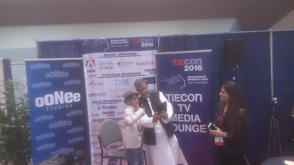 Nobel Laureate Kailash Satyarthi poses with a young entrepreneur at a May 7 conference. (Saurabh Datar/Peninsula Press)