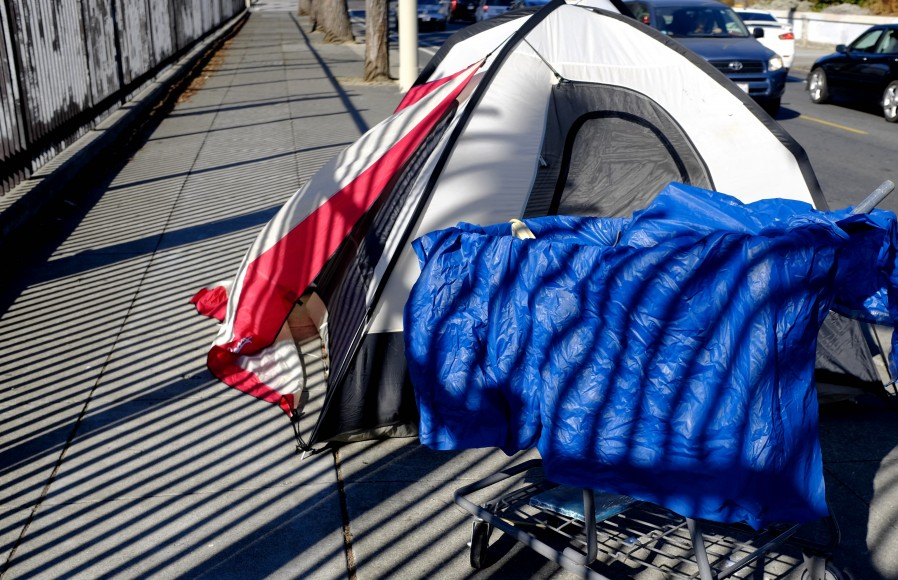 The wind sweeps across a tent in San Francisco's Mission District the morning of Friday, Sept. 30, 2016. (Peter Arcuni/Peninsula  Press)