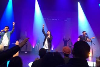 Young volunteers sing at Vive Church. (Kiley Roache/Peninsula Press)