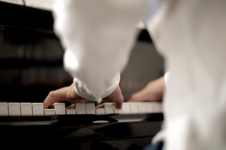 Yi Yin plays the piano in a music studio in Palo Alto, on Monday, October 14, 2019.  (Qian Chen/Peninsula Press)