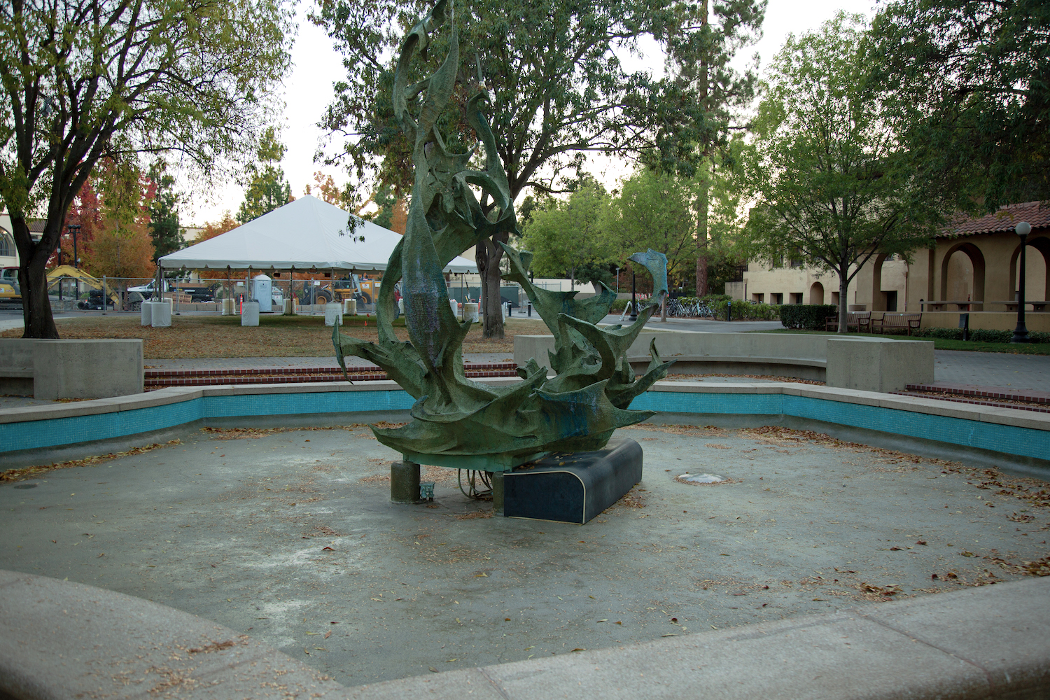 """The Claw, usually filled with water (and sometimes students partaking in """"fountain hopping""""), is empty. Most fountains on campus have been dry since March. (Noah Cortez, Peninsula Press)"""